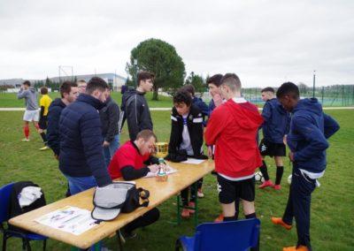 Inscription : les jeunes cadets s'inscrivent pour tester leurs capacités auprès d'Alexis.